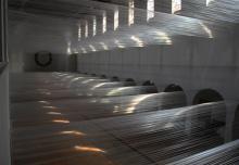 100 Kilometer, 2013. Taśmy z tworzywa sztucznego, metal, szer. = 1250 cm,  wys. = 1300 cm, gł. = 3000 cm, Kunstkirche Christ-König, Bochum (wystawa: Danuta Karsten. 100 Kilometer/100 kilometrów)