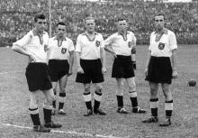 Die deutschen Nationalspieler Fritz Walter, August Klingler, Albert Sing, Ernst Willimowski und Karl Decker beim Fußball-Länderspiel Deutschland gegen Rumänien am 16.08.1942 in Beuthen.