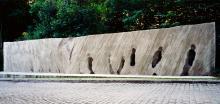 Karol Broniatowski: Mahnmal für die deportierten Juden Berlins, 1991. Beton, Höhe: 300 cm, Breite: 200 cm, Tiefe: 80-150 cm, S-Bahnhof Berlin-Grunewald.