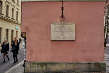 Die Gedenktafel in Wrocław erinnert an den 55. Jahrestag der Beendigung des Zweiten Weltkrieges.