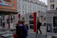 """Ausstellung im öffentlichen Raum über die Polonia in Breslau, organisiert durch das Zentrum für """"Zukunft und Gedenken"""" (Ośrodek Pamięć i Przyszłość) in Breslau."""