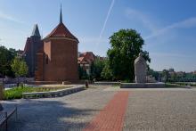 Die Martinskirche (Kościół św. Marcina) in Breslau, daneben das Denkmal für Johannes XXIII.