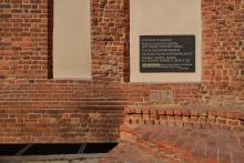 """Gedenktafel an der Martinskirche in Breslau mit den """"Wahrheiten der Polen unter dem Rodło-Zeichen""""."""