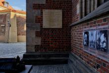 Die Tafel am Breslauer Dom erinnert an das Konzert von Fryderyk Chopin in Breslau.