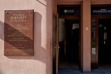 Gedenktafel für Wojciech Korfanty am Gebäude der Fakultät für Recht, Verwaltung und Wirtschaft der Universität Breslau.