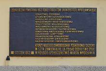 Die Gedenktafel am Hauptgebäude der Univeristät Breslau erinnert an die polnischen Studenten, die im Januaraufstand gekämpft haben.