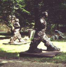 Karol Broniatowski: Schreitende Figur II, 1988. Bronze, Höhe: 190 cm.
