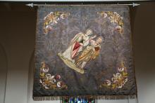 """Historische Vereinsfahne St. Peter Dortmund (Vorderseite), 1911, aus dem Nachlass """"Zgoda"""". Ausstellungsort: St. Anna Kirche in Dortmund."""