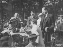 Jan Kiepura nimmt Glückwünsche von der Frau des Reichsarbeitsministers Seldte nach einem Festkonzert zu Ehren des polnischen Sängers anlässlich der Eröffnung des Deutsch-Polnischen Instituts in Berlin entgegen.