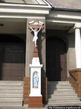 Kirchkreuz vor dem Haupteingang der Hl.-Maria-Magdalena-Kirche in Radlin II (Wodzisław Śląski)