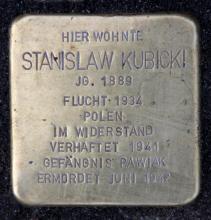 Stolperstein (2017) poświęcony Stanisławowi Kubickiemu przy Onkel-Bräsig-Straße w dzielnicy Berlin-Neukölln, gdzie mieszkali Margarete i Stanisław Kubiccy; na płycie wyryta została błędna data śmierci artysty; Kubicki został zamordowany z dużą dozą prawdopodobieństwa w 1942 r.