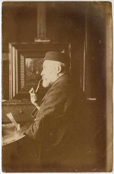 Roman Kochanowski in front of the easel in his atelier, photo, 20.6 x 13.5 cm, photographer unknown
