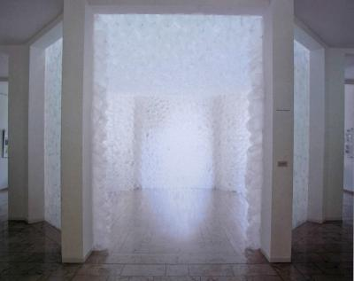 Untitled, 1999. air bubble cushions on foil, H = 360 cm, ∅ = 600 cm, Museum Ostdeutsche Galerie Regensburg (Exhibition SPEKTRUM. 3 Artists from Poland meet 3 Artists from Germany)