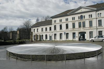 Untitled, 2006. (exterior:) Flower roundabout in front of Borbeck Mansion, covered with a ca. 20,000 cm white plastic surface, ∅ = 1300 cm, Galerie im Schloss Borbeck, Essen (Danuta Karsten exhibtion. Rauminstallation)