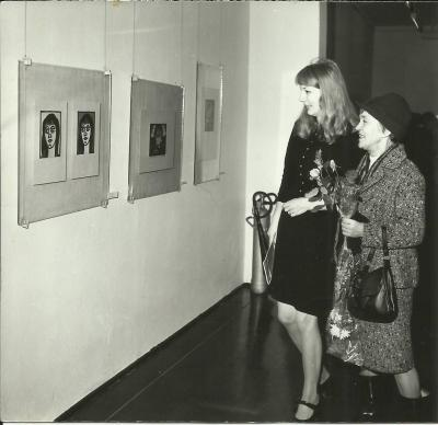 An exhibition of works by Janina Kłopocka in Opole 1972, on the occasion of the 50th anniversary  of the founding of the Union of Poles in Germany. Janina Kłopocka with her niece, Maria Kłopocka.