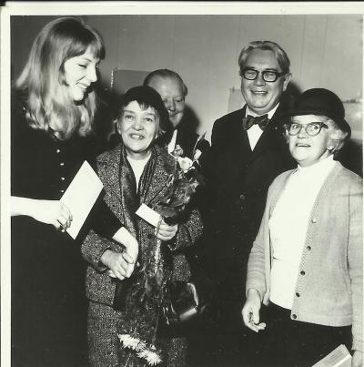 An exhibition of works by Janina Kłopocka in Opole 1972, on the occasion of the 50th anniversary  of the founding of the Union of Poles in Germany. L to r: Maria Kłopocka, Janina Kłopocka, Janinas Bruder Marian, Edmund Osmańczyk and Janina's sister, Łucja.