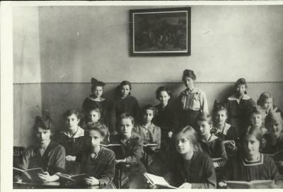 Schoolgirls at the Scherings'chen Lyceum. Janina Kłopocka (First row, second from the left).