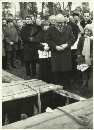 The burial in Olesno. Edmund Osmańczyk speaking at the grave.
