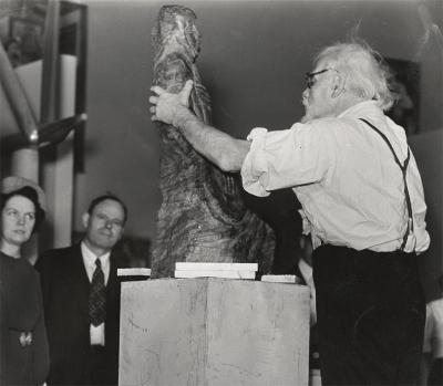Enrico Glicenstein schnitzt einen Mandolinenspieler in Holz, The Sculptors Guild, New York, 29. September 1940
